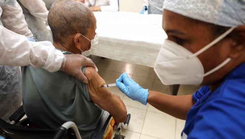 Cuiabá inicia dose reforço da covid-19 em idosos com mais de 70 anos (Crédito: Luiz Alves)